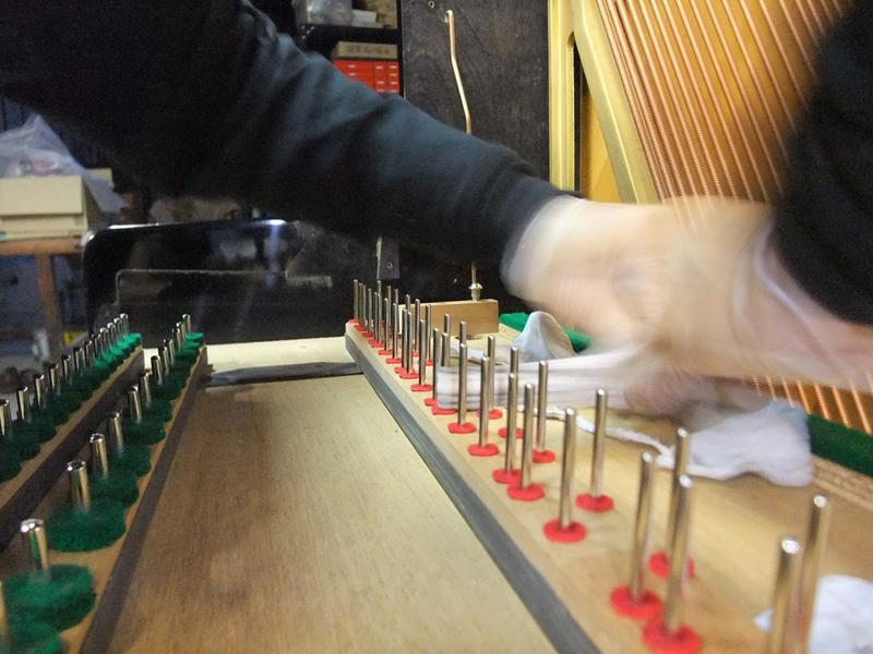 岡本ピアノ工房ピアノクリーニング 鍵盤ガイドピンを磨く