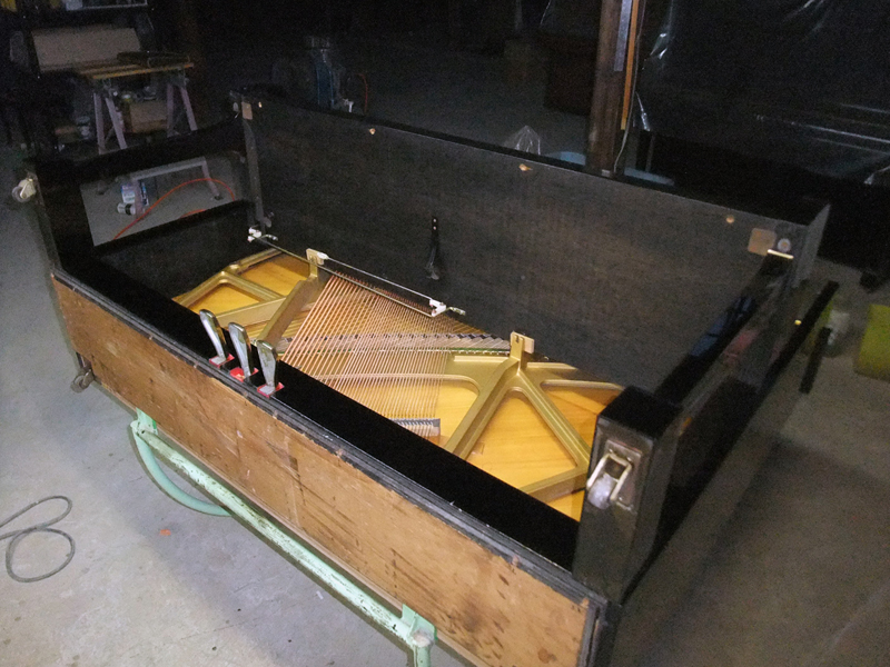 岡本ピアノ工房ピアノクリーニング 底板をつける