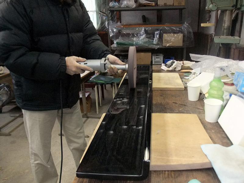 岡本ピアノ工房ピアノクリーニング 鍵盤蓋内側を磨く