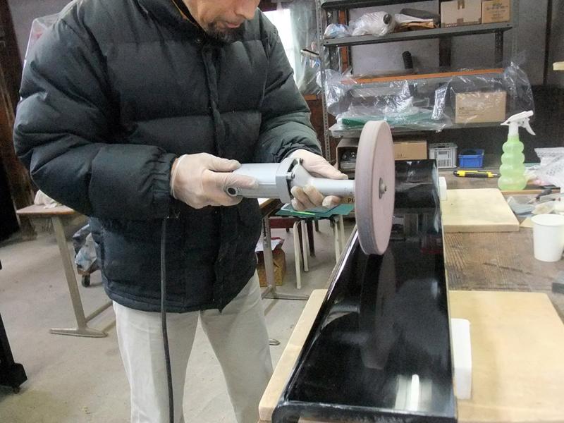 岡本ピアノ工房ピアノクリーニング 鍵盤蓋外側を磨く
