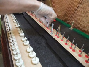鍵盤ガイドピンを磨く