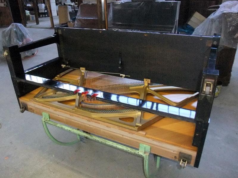 岡本ピアノ工房ピアノクリーニング 底板をはずす